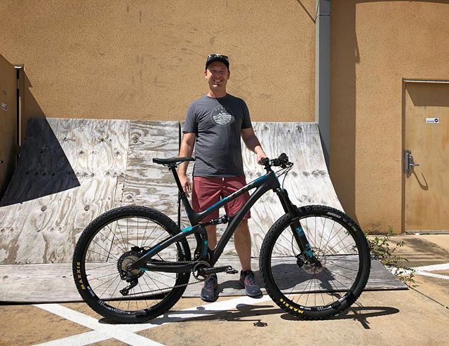 New bike day for Ross! 🤩 Enjoy your new Yeti 4.5! 🤙🏽