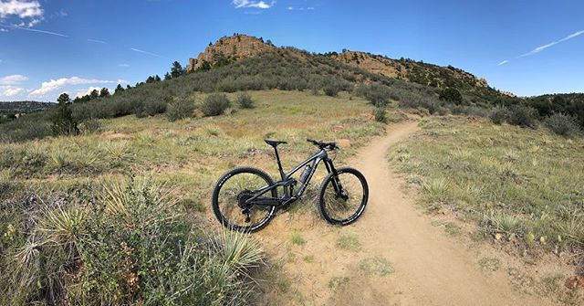 David exploring Palmer Park in Colorado Springs on his Carbon X01 Sentinel in Gunmetal Grey! 🤙🏽 #transitionbikes #transitionsentinel #thepeddlerbikeshop